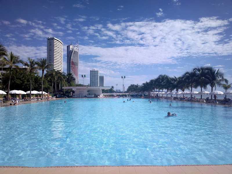 бассейн в Ambassador City