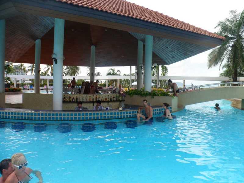 бар и бассейн Ambassador City