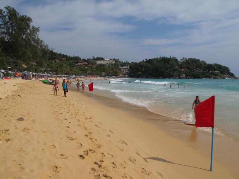 пляж Ката и красный флаг