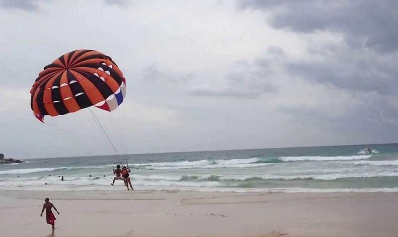 Пляж Ката Бич, Пхукет, Полет на парашюте