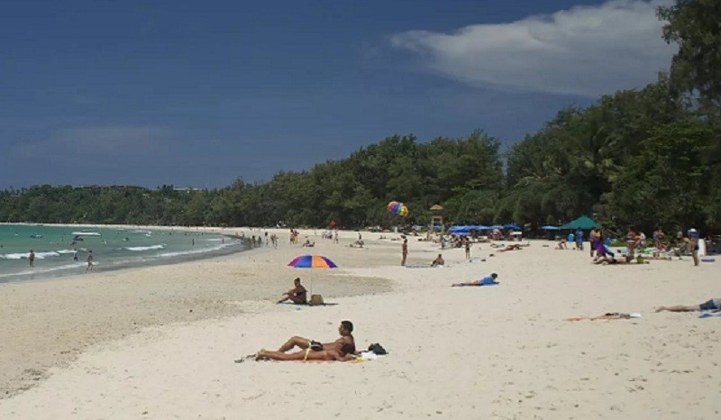 Солнечные ванны на пляже Ката