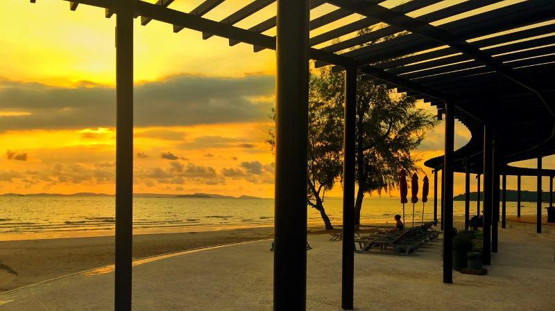 пляж вечером сиануквиль