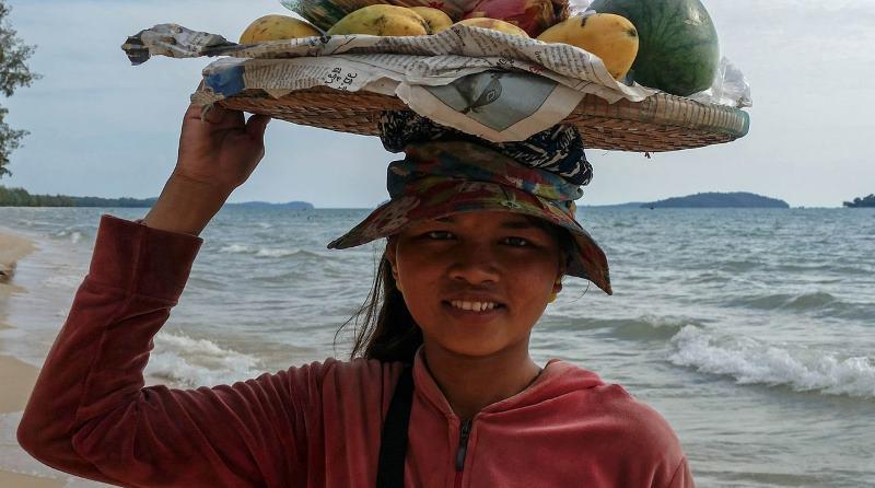продают фрукты на пляже в сиануквиль