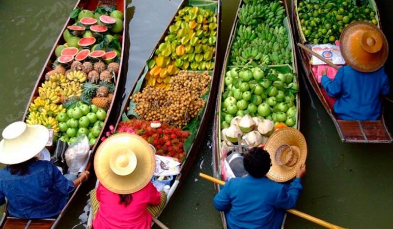 фрукты на плавучем рынке в таиланде