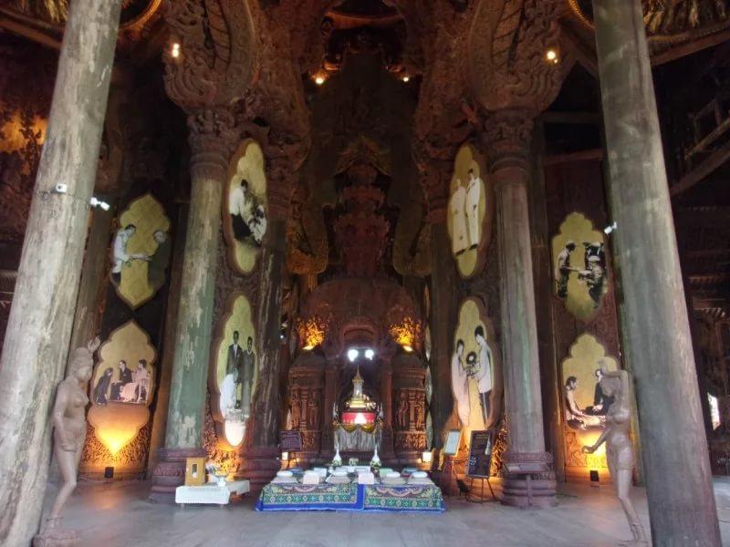 Один из четырех залов храма