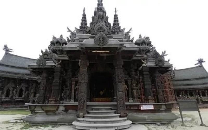 один из входов в храм