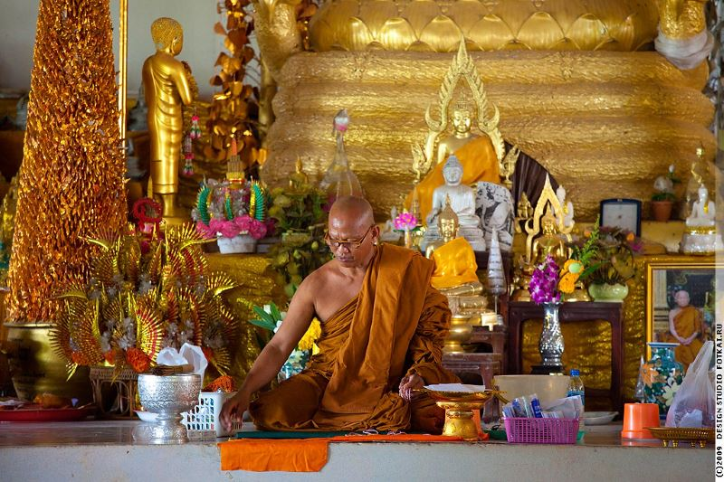 монах в храме будды